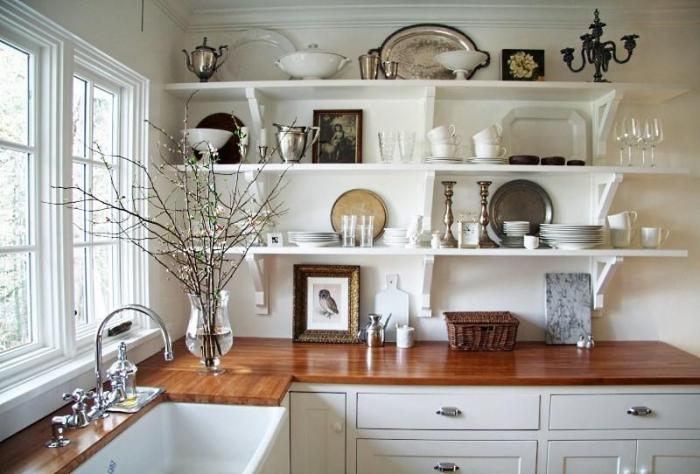 открытые полки на кухне
