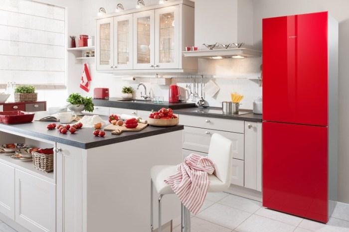 Красный холодильник на кухне