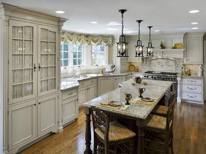 стол и мебель на кухне в средиземноморском стиле