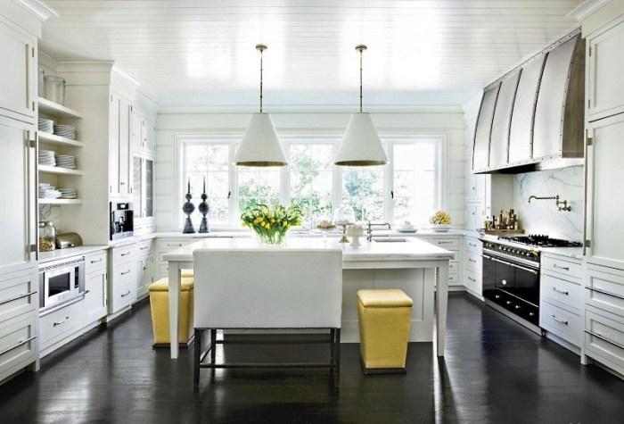 Темный пол на белой кухне