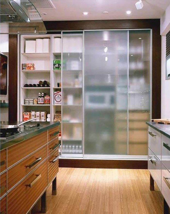 кухонный встроенный шкаф со стеклянными дверями