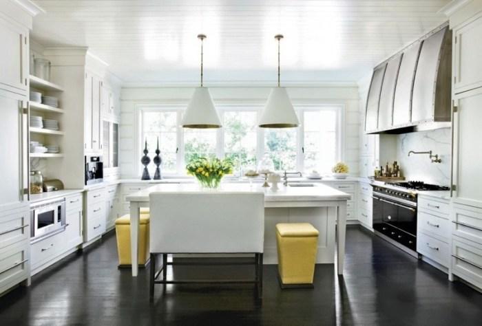 Темный пол и светлые стены на кухне