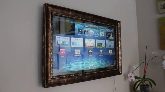 Экран спрятан в раму и за зеркало