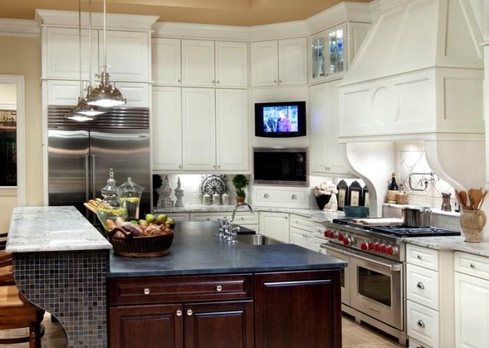Телевизор в углу кухонного гарнитура на кухне