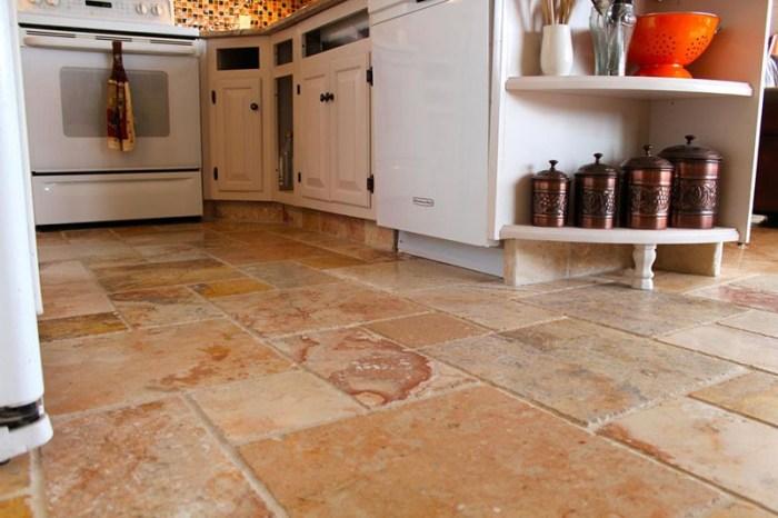 Пол из натурального камня на кухне