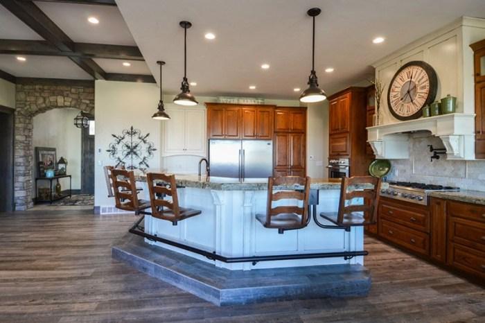 Большие часы в большом пространстве кухни