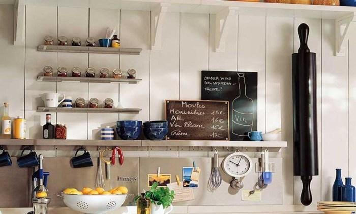 Часы на кухне на рейлингах