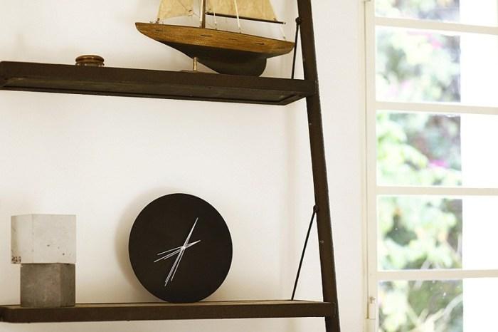 Часы на кухонной полочке
