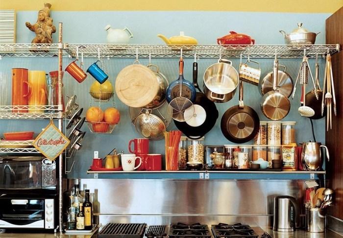 Металлические стеллажи на кухне