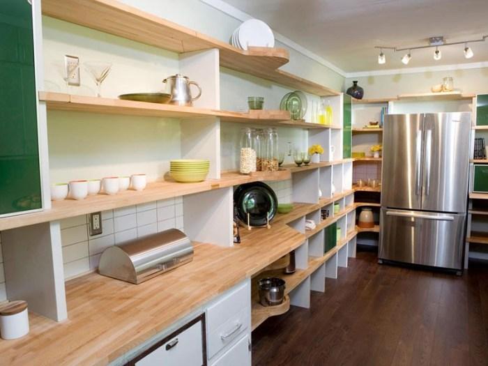 Открытые полки в кухонном пространстве