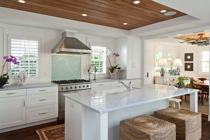 Совмещение на потолке кухни гипсокартона и деревянных панелей