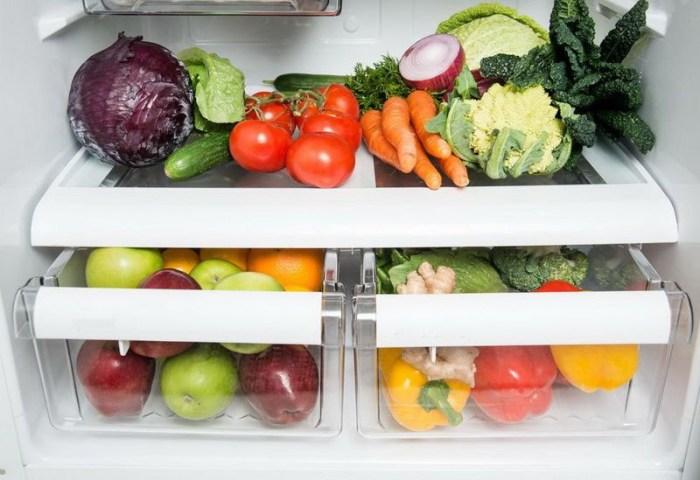 Овощи лежат в холодильнике на полке