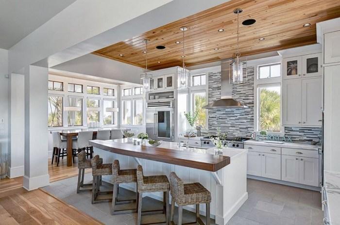 Интерьер кухни с деревянным потолком