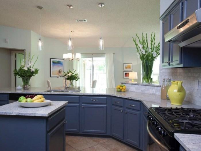 Столешница из серого камня к синим фасадам на кухне