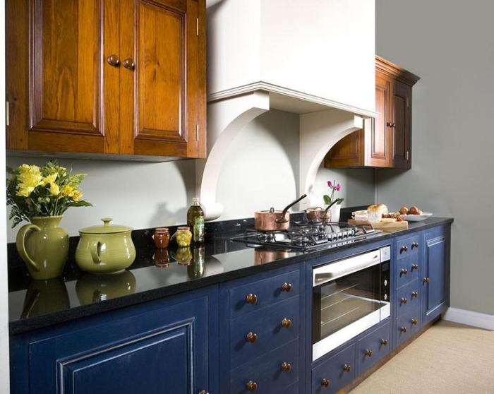 Натуральное дерево в сочетании с синим на кухне