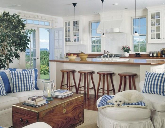 Много окон на просторной белой кухне
