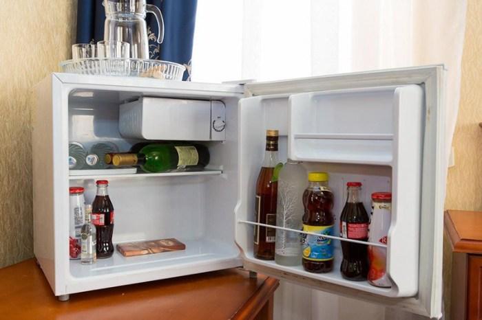 Мини-холодильник на столе