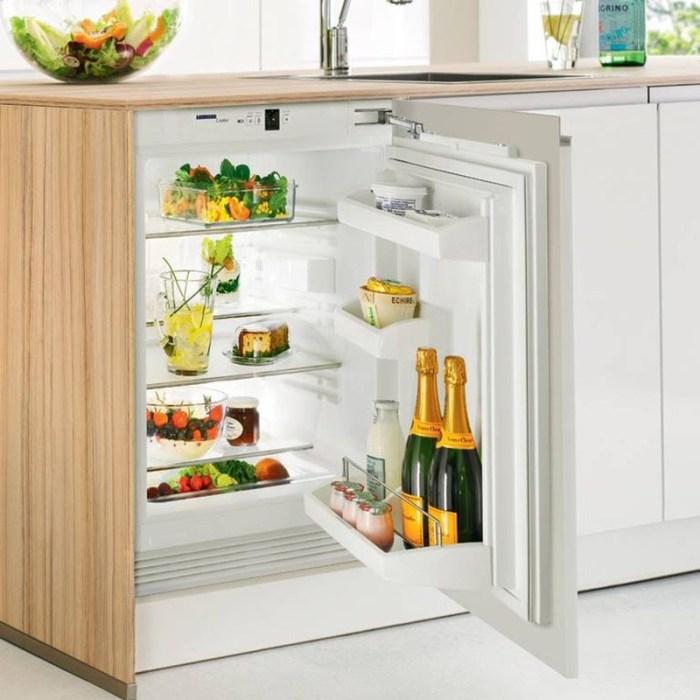 Мини-холодильник под столешницей рядом с мойкой