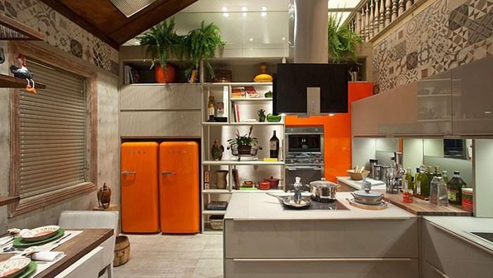Два оранжевых холодильника стоят в нише стены