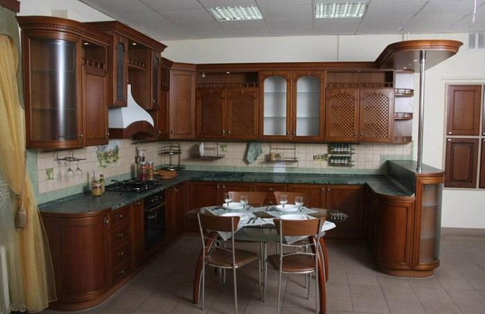Стол по центру кухни