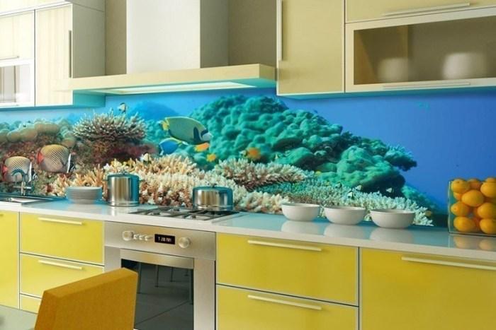Кухня в теплых желтых оттенках с фартуком морской тематики