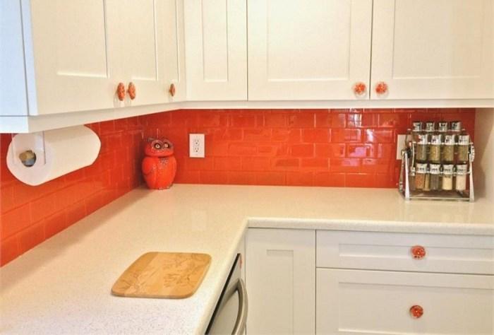 Фартук морковного цвета у белого гарнитура мебели