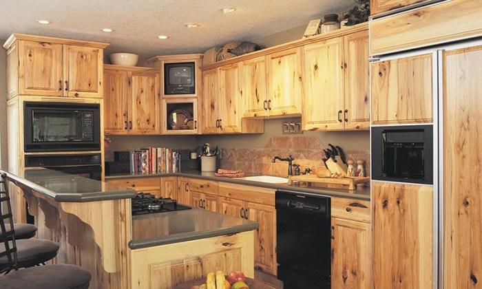 Светлое дерево кухонной мебели и встраиваемая техника черного дизайна