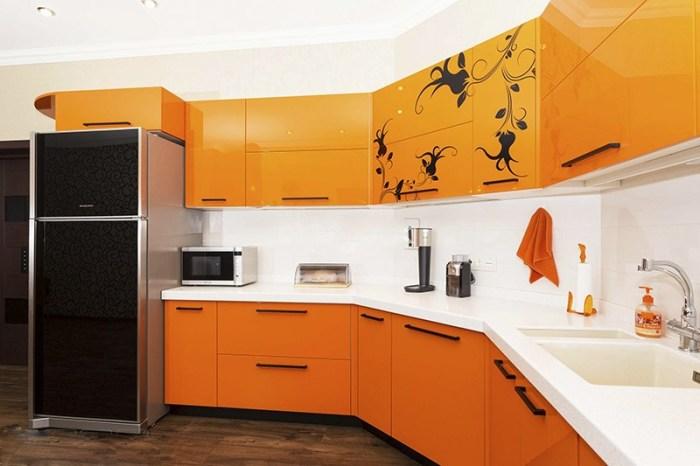Черный узор на верхних оранжевых шкафах