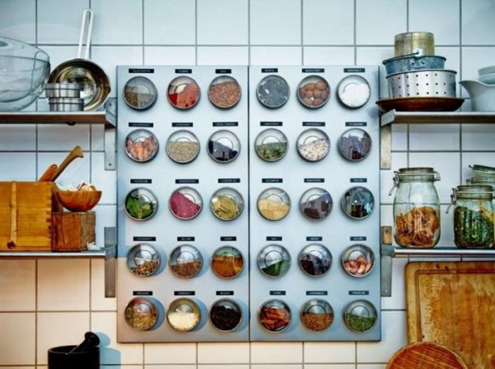 Баночки со специями на стене с помощью магнитов
