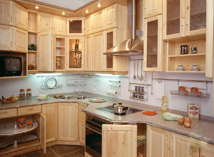 Светлый угловой гарнитур из сосны на небольшой кухне