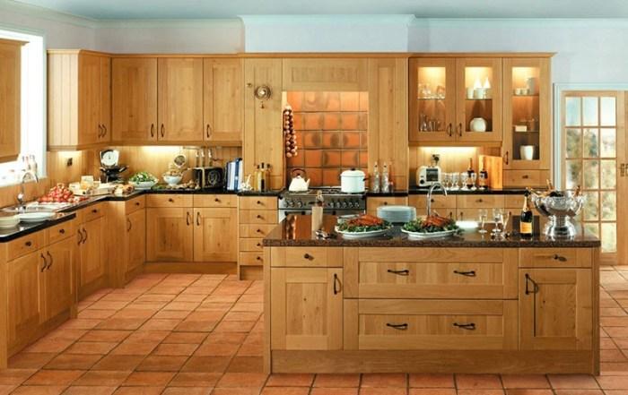 Кухонный гарнитур из светлого дерева с островом по центру