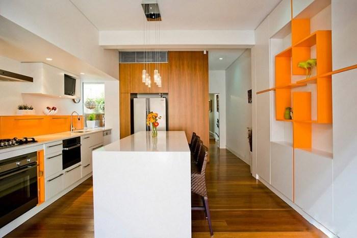 Белое помещение с небольшими акцентами оранжевым цветом