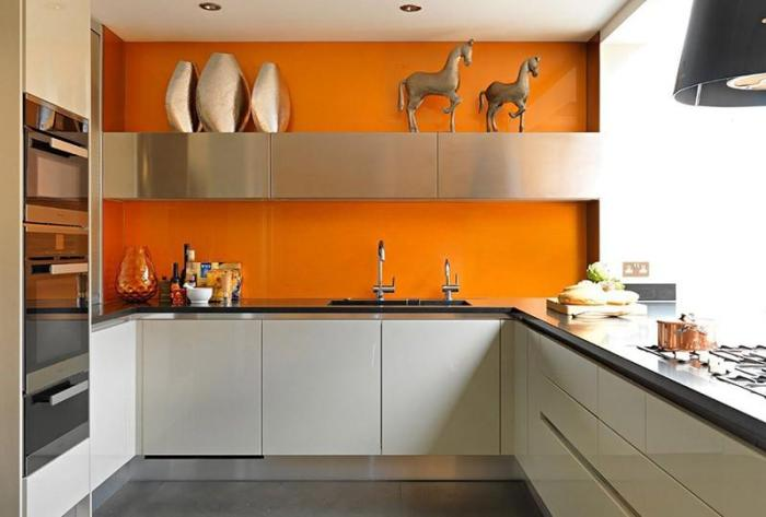Оранжевая стена позади мойки серого гарнитура