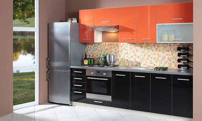 Оранжево-черный фасады кухни с веселой мозаикой фартука