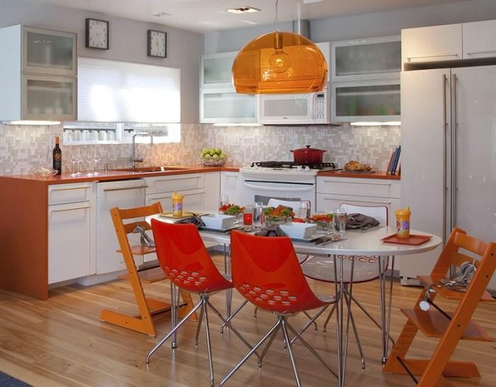 Оранжевые стулья, люстра и столешница кухни