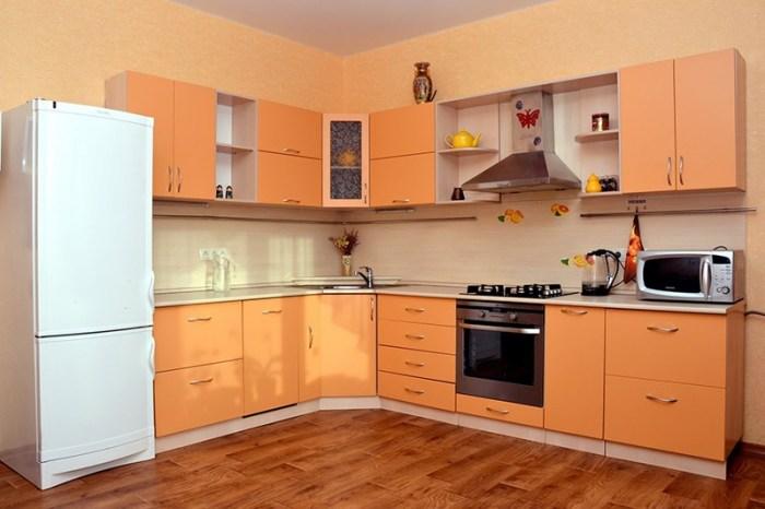 Персиковый кухонный гарнитур на фоне стен абрикосового цвета