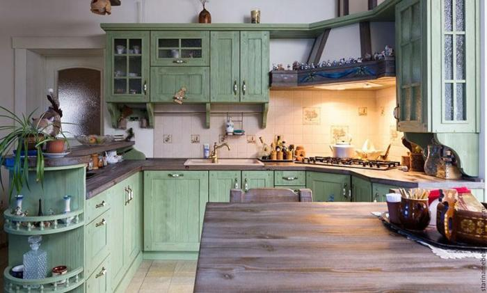 Светло-зеленые фасады в стиле кантри на кухне
