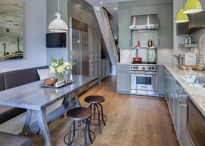 Деревянный стол, металлические табуреты и кожаный угловой диван