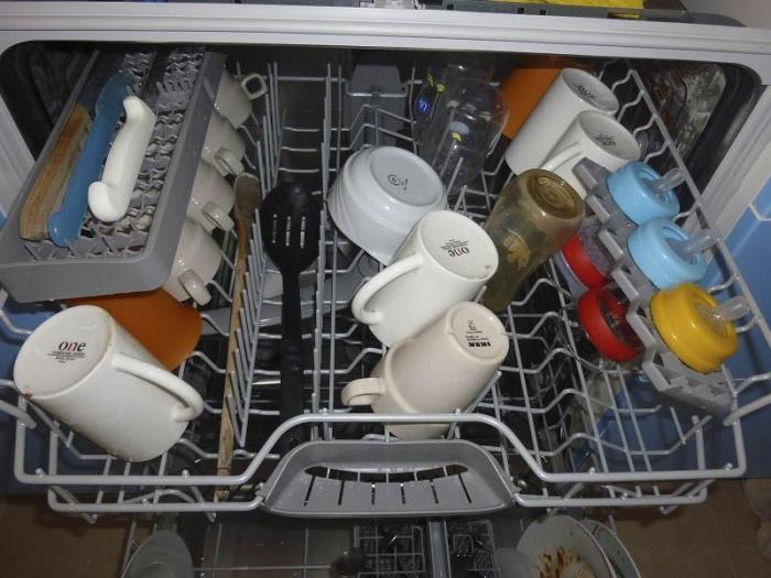 Верхний лоток посудомоечной машины с посудой и детскими бутылочками