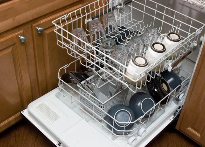 Корзины посудомоечной машины, заполненные только наполовину