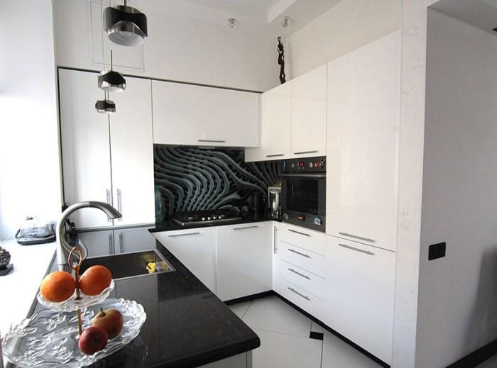 Все шкафы и зона готовки угловой кухни в нише стены