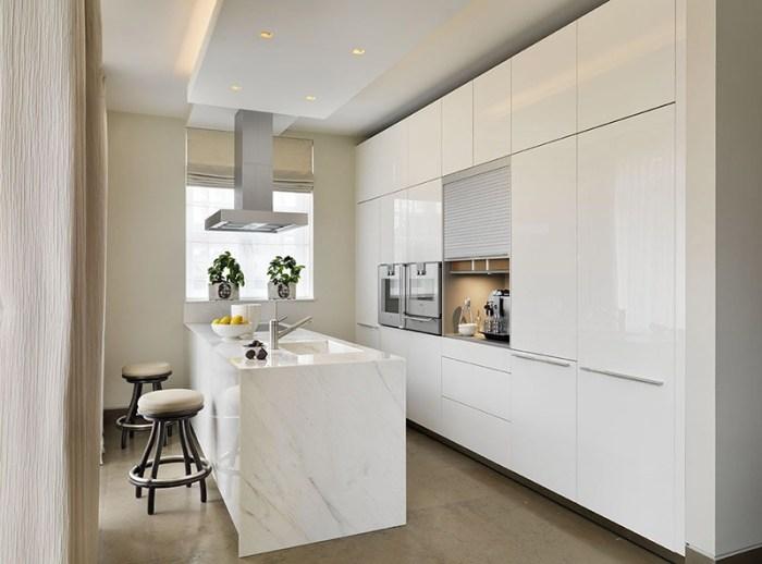 Мраморный белый остров на кухне с глянцевыми фасадами