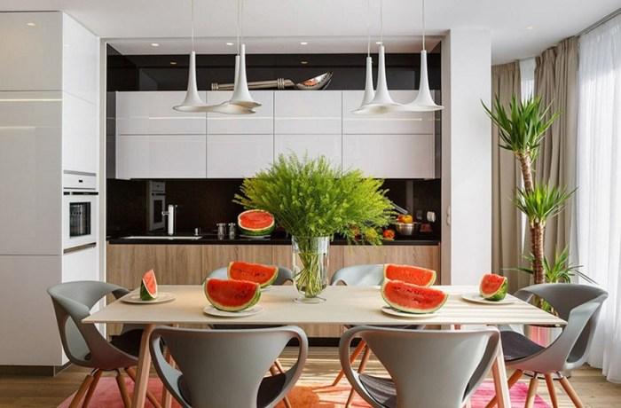 Пальма в углу кухни и живой зеленый букет на столе