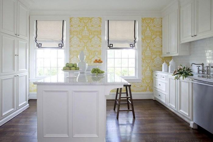 Обои с бело-желтым рисунком в интерьере кухни