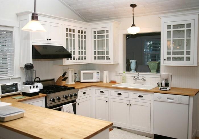 Потолок на кухне с серыми деревянными панелями