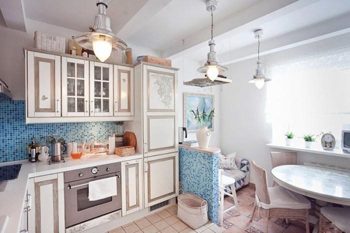 Светлый средиземноморский стиль с маленьким диваном в бело-синих тонах