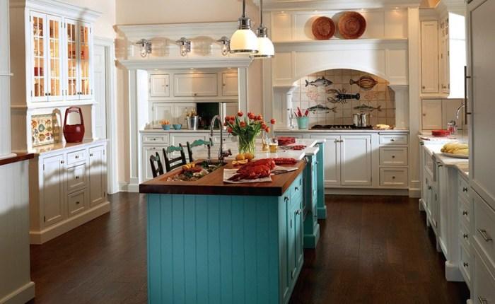 Яркий голубой остров на светлой кухне