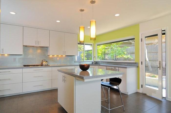 Яркий желтый в просторной белой кухне
