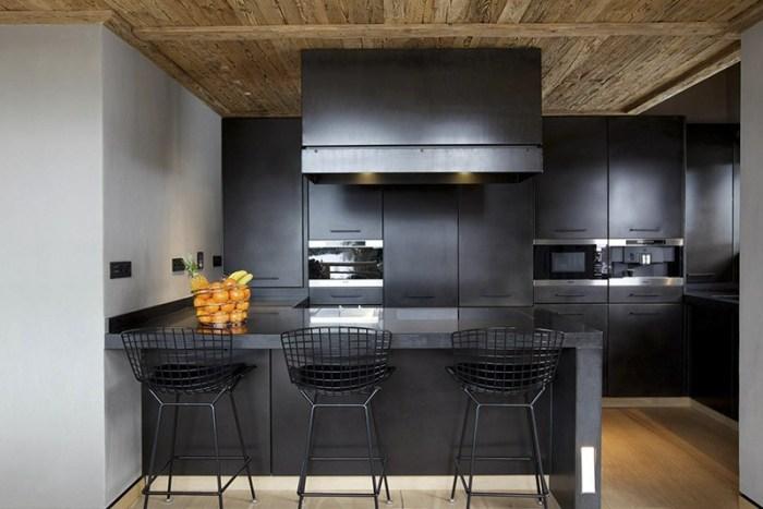 Деревянные пол и потолок на кухне темного оттенка