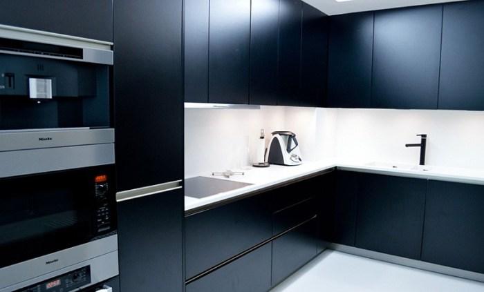 Минималистический дизайн на темной кухне